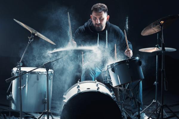 Schlagzeuger spielt Dampf